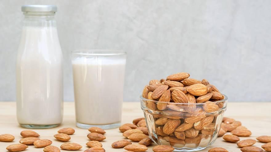 La leche de almendra se debe conservar en un recipiente de vidrio