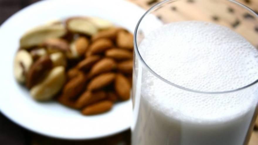 La leche de almendra tiene algunas ventajas sobre la leche de vaca u otros animales