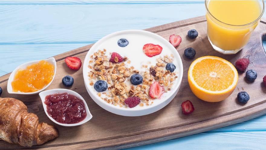 Para hacer un desayuno saludable los lácteos se pueden consumir con cereales y frutas