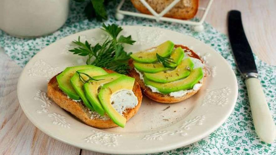 La palta es uno de los alimentos que se aconseja consumir en los desayunos saludables