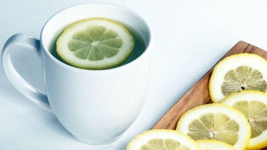 El agua con limón tiene algunos beneficios para el organismo