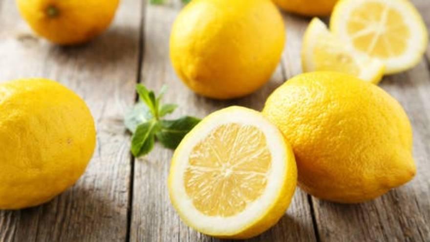 El limón aporta algunas vitaminas esenciales para el cuerpo