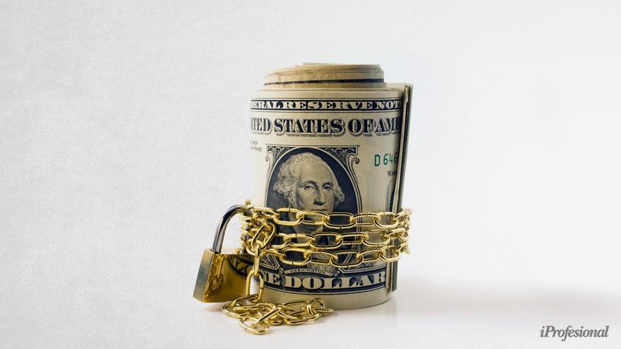 Los vencimientos de deuda privada se concentran justo en un momento en que el Gobierno quiere restringir al máximo la demanda de dólares