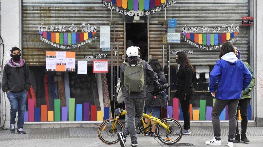 Para el diario El País la Argentina no tiene margen para volver a una cuarentena estricta