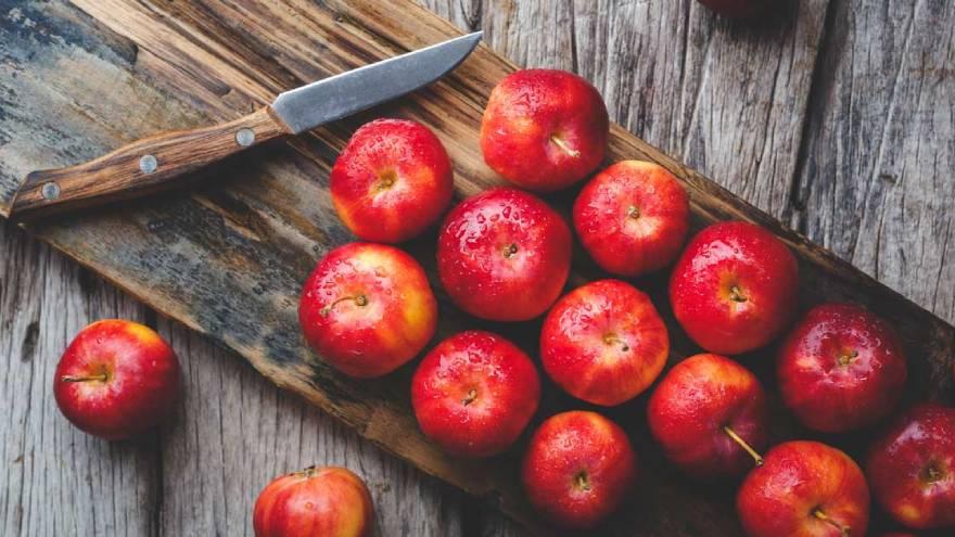 Las manzanas, entre otras frutas, contienen azúcares naturales