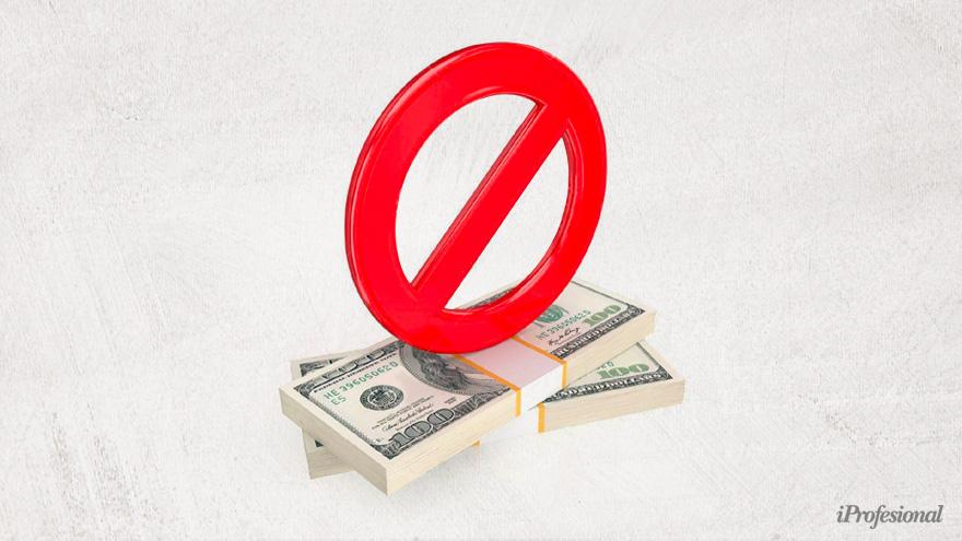 Los bancos están obligados a frenar transferencias en dólares si el cliente no puede justificarlas