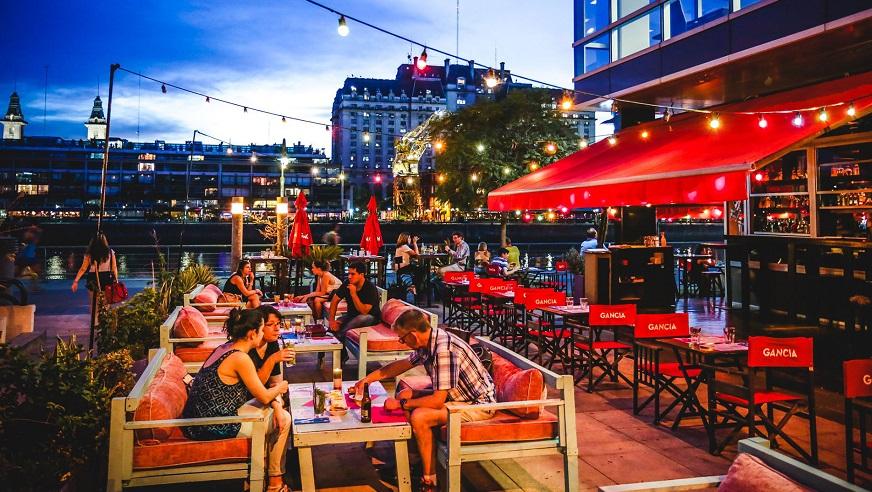 Vuelve la actividad gastronómica en la Ciudad, pero sólo al aire libre