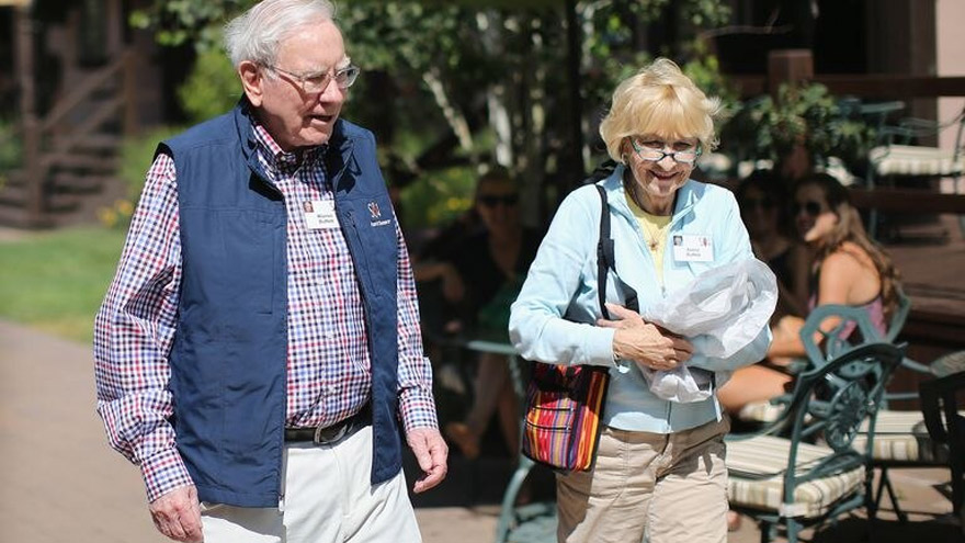 Warren Buffett y su esposa, Astrid, en Sun Valley en 2014.
