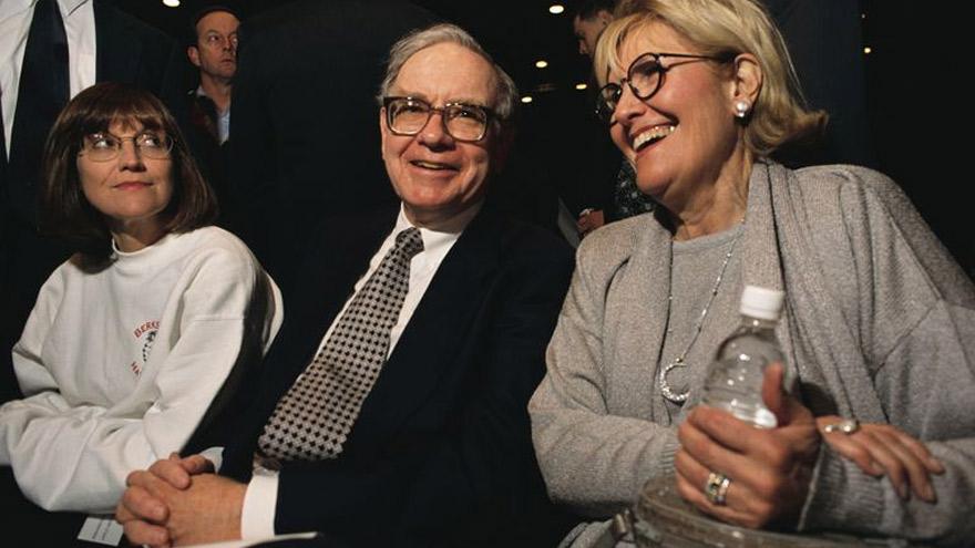 Warren Buffett, acompañado de su hija, Susan Alice Buffett, y su primera esposa, Susan Buffet.