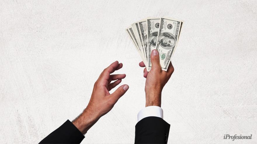 El nuevo cepo disminuye el universo de posibles compradores de dólar ahorro.