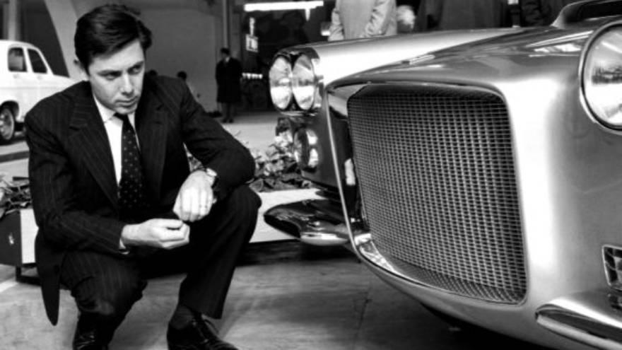 Sergio Pininfarina, junto a uno de sus diseños