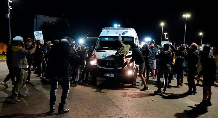 Lázaro Báez fue recibido por una violenta manifestación.