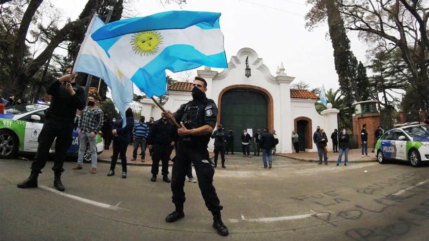 Patrulleros y armas frente a la residencia presidencial.