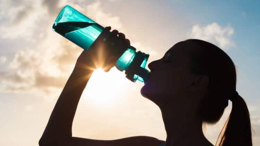 Las botellas de agua pueden ser un regalo para mamá si hace deporte y no tiene una