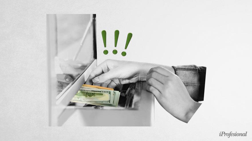 En medio de la crisis, ahorristas retiran sus dólares de los bancos.