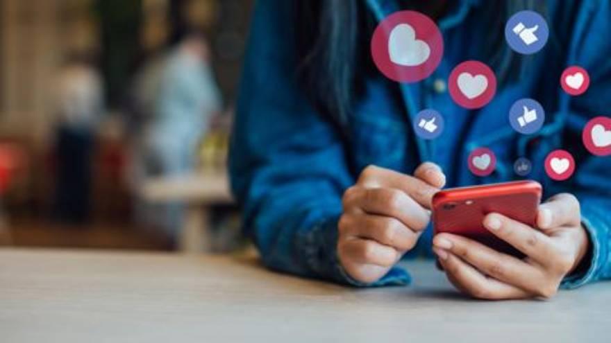 Crear contenido para redes sociales es otra de las opciones para trabajar desde casa