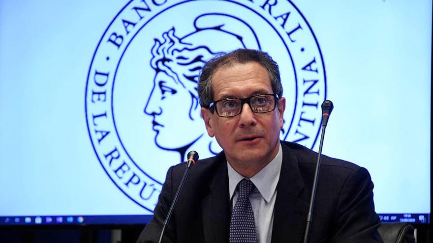 Pesce avisó una devaluación del tipo de cambio oficial y subieron los dólares paralelos