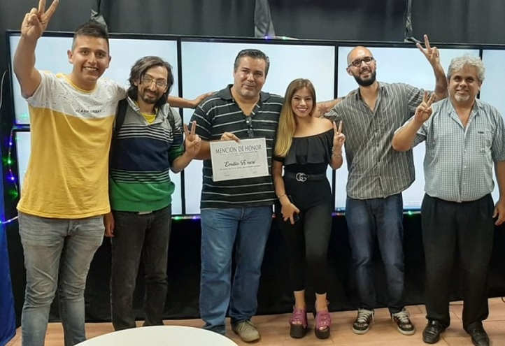 Celeste Burgos junto a Juan Ameri y varios militantes.