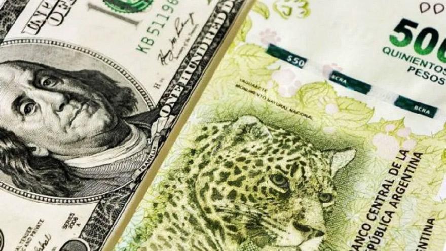 Al mismo tiempo de generar incentivos en pesos, el Gobierno busca evitar la suba del dólar blue