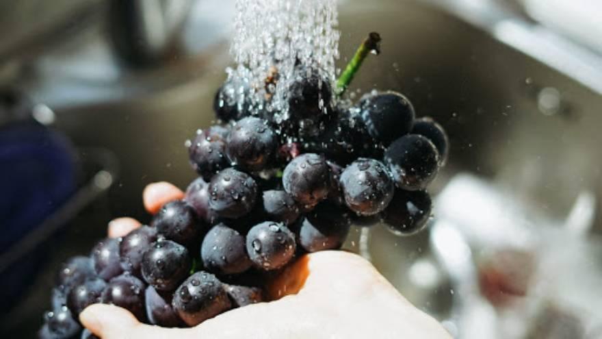 Para comer las uvas es necesario lavarlas muy bien