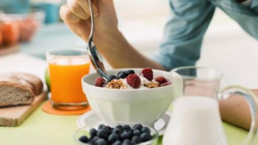 Tomar un desayuno saludable puede incrementar el rendimiento estudiantil