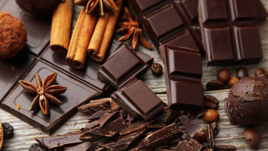 Comer chocolate es sano, pero se aconseja elegir el más amargo