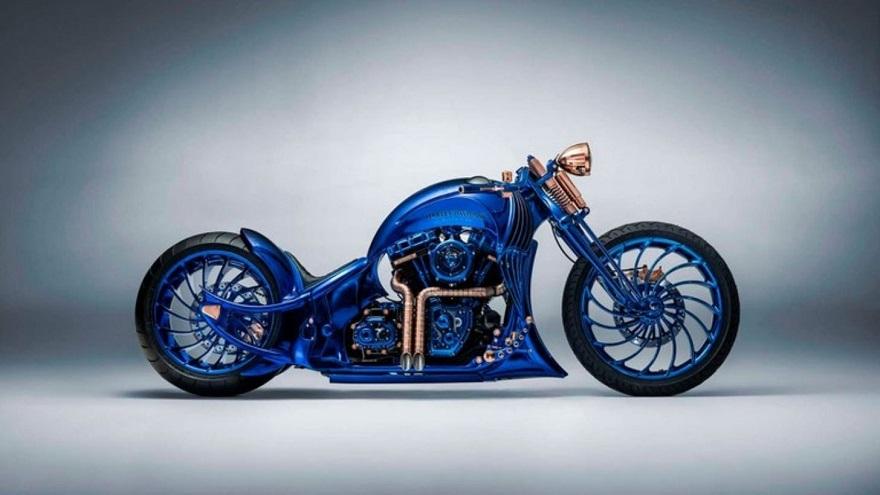 Perfil robusto para esta moto con un azul brillante.