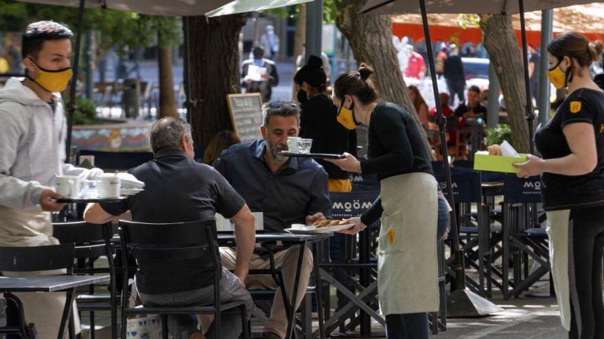 Consumos en restaurantes, bajo alta presión tributaria.