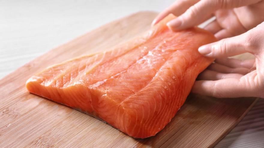 El salmón es uno de los alimentos con vitaminas de esta lista