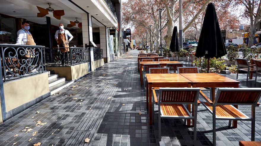 Bares y restaurantes vacíos: muchos tuvieron que cerrar sus puertas.