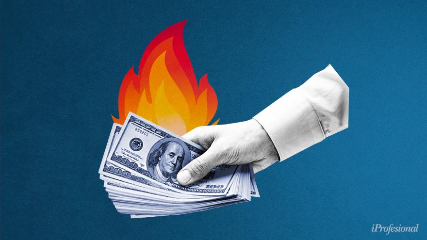 Para evitar graves consecuencias de inflación y pobreza, el Gobierno debe contener al dólar blue