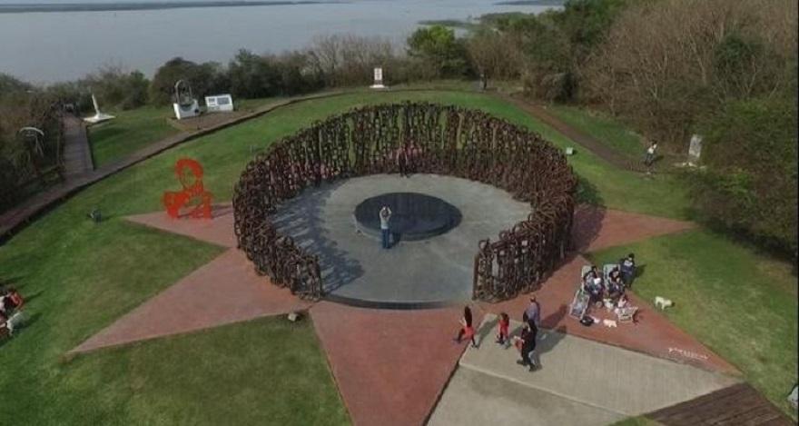 El Monumento a las Cadenas se dio a conocer el día del aniversario de la batalla en el año del Bicentenario