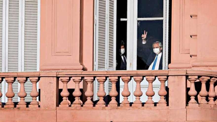 cuando arrancaba el homenaje, Fernández había saludado desde el ventanal de su despacho
