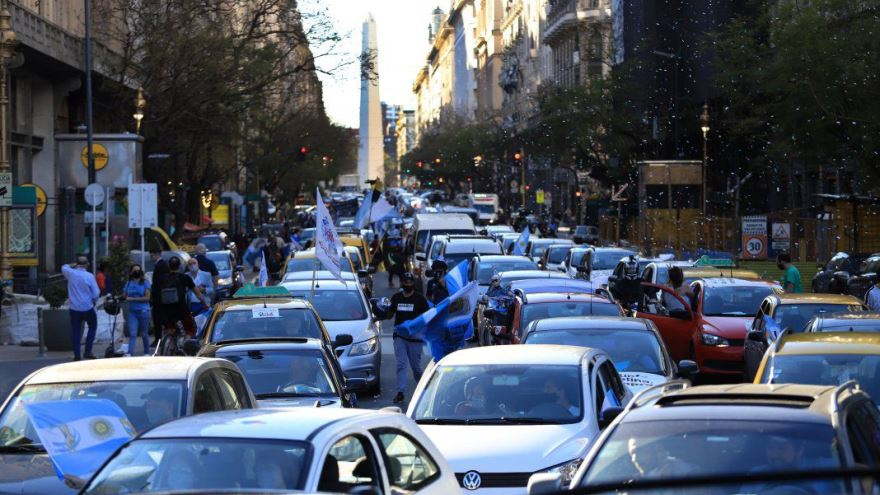 Los manifestantes, desde sus vehículos y usando barbijos, blandieron banderas argentinas
