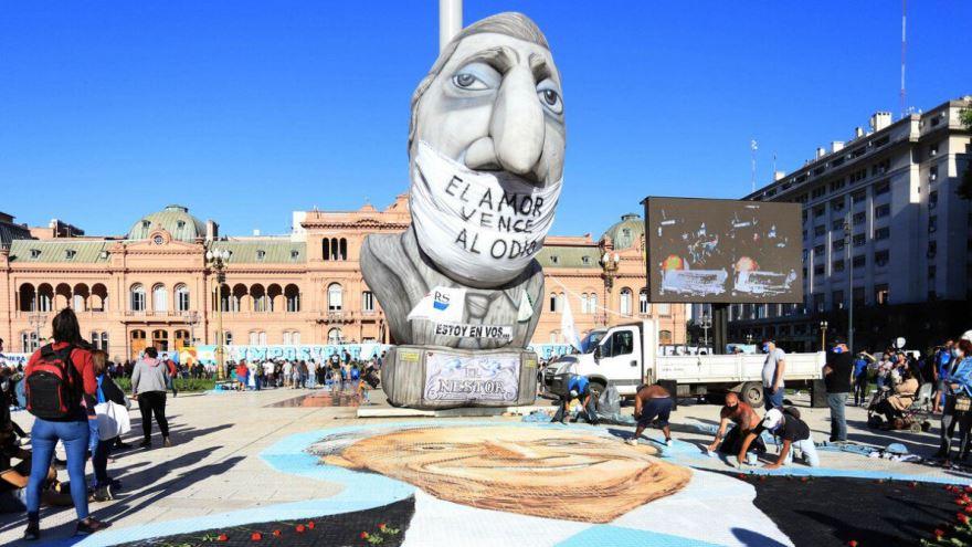 grupos de militantes pintaron en grandes dimensiones el rostro de Néstor