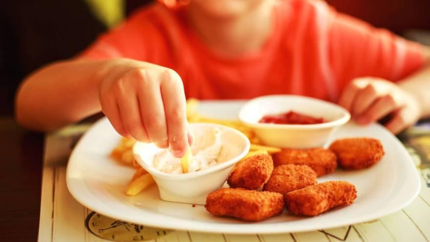 La comida chatarra es la que más impacta en la salud cardíaca por sus altos niveles de grasas trans, azúcar y sal