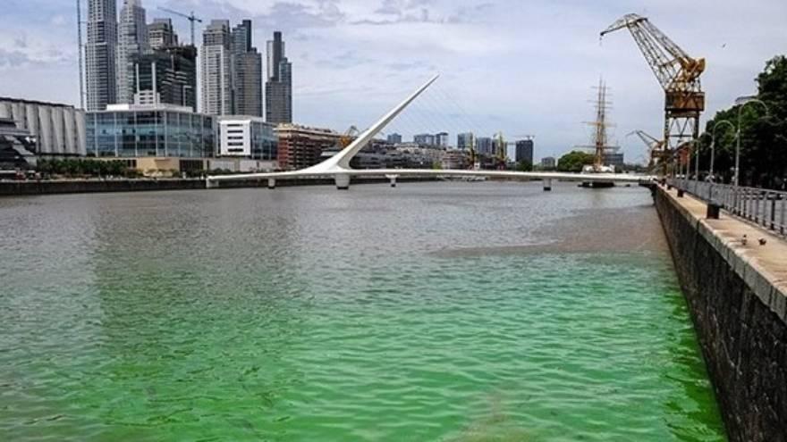 Así se ve el color del agua del río