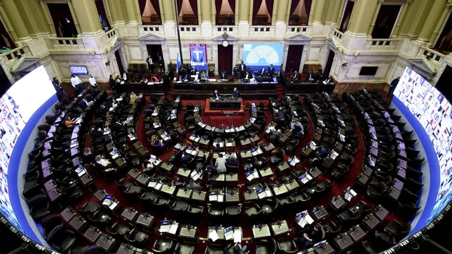La sesión comenzó con fuertes cruces entre oficialismo y oposición.