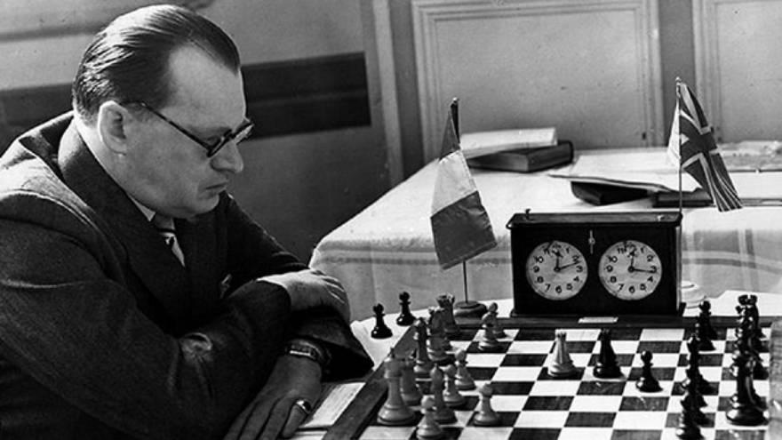 Alexander Alekhine es uno de los ajedrecistas que se mencionan en la serie