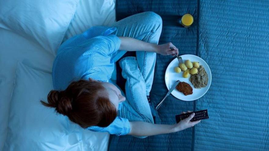 Cenar tarde puede aumentar el riesgo de padecer ciertas enfermedades