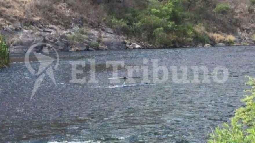 Partes del helicóptero en lecho del río. Foto: El Tribuno de Salta.