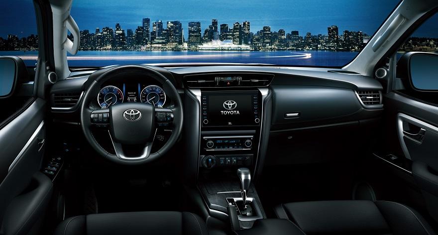 Por dentro, la Toyota SW4 estrena colores en tapizados y display.