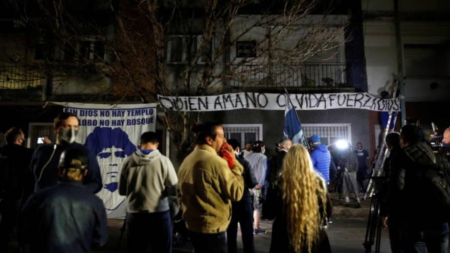 Fanáticos de Maradona y del Lobo se reunieron frente a la clínica donde estuvo internado en La Plata