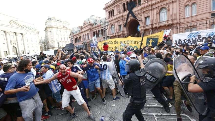En el velorio hubo incidentes y represión, por lo que se detuvo la entrada a la Rosada