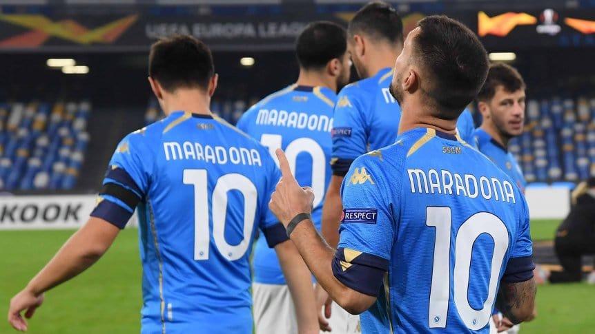 Plantel del Napoli utilizando el número 10 en homenaje a Maradona