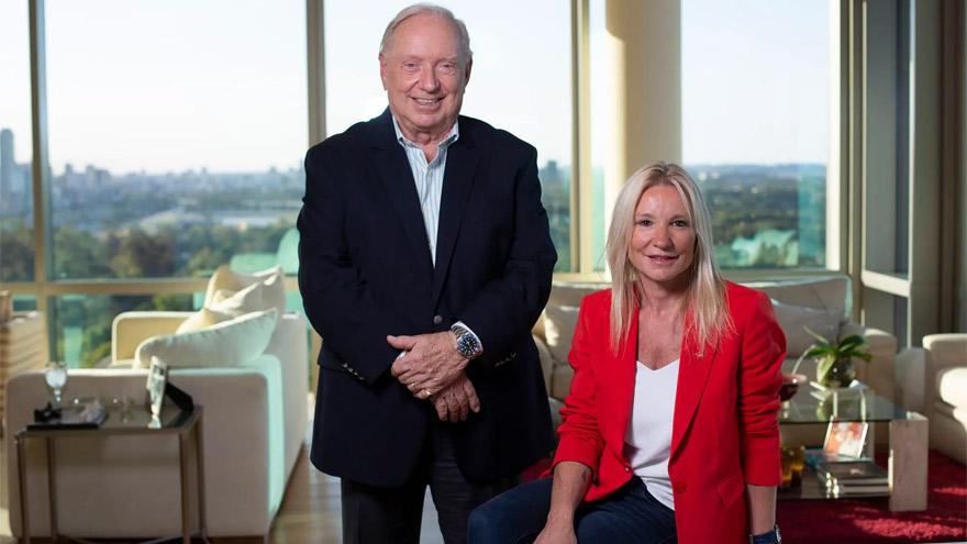 Nicolás Keglevich, fundador de Assist Card, junto a Alexia, la CEO despedida.