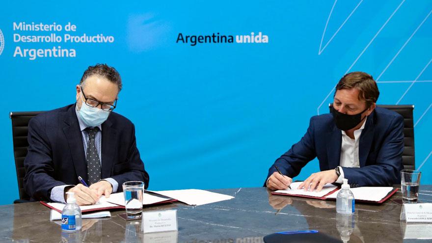 Kulfas (a la izquierda) y López Iervasi firman el acuerdo.