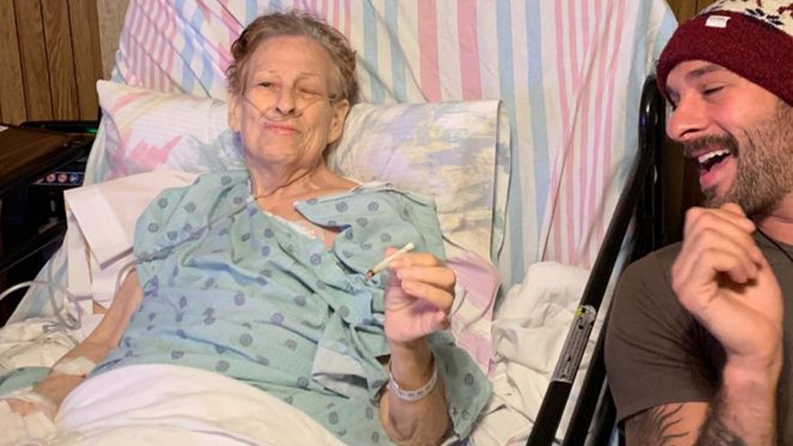 La abuela y el nieto compartieron un cigarrillo de marihuana.