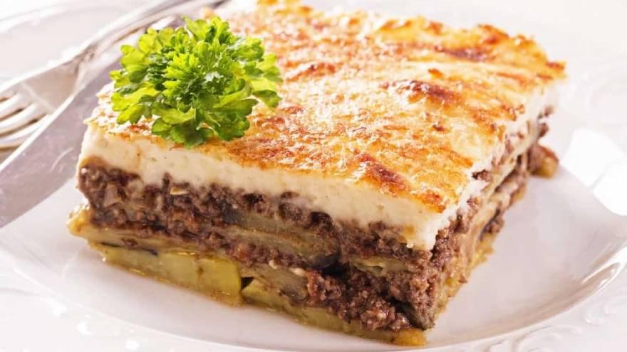 Así es la moussaka o lasagna griega