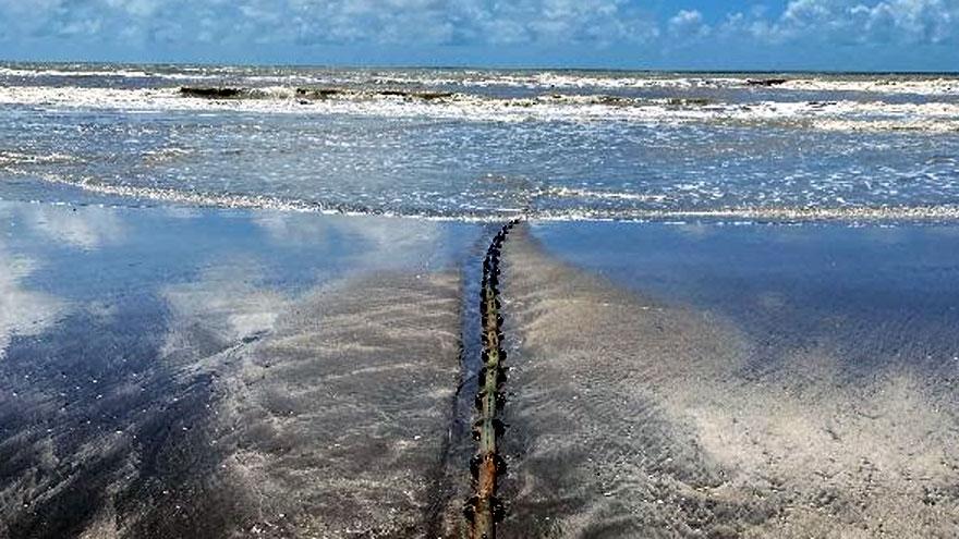 El cable Tannat en la playa de Las Toninas, donde será enterrado para evitar accidentes.